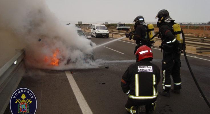 Incendio de un turismo en la autovía de La Manga